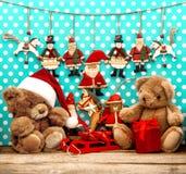 Οι διακοσμήσεις Χριστουγέννων με τα παλαιά παιχνίδια και teddy αντέχουν Στοκ Φωτογραφίες