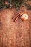 Οι διακοσμήσεις Χριστουγέννων, το ντεκόρ τροφίμων και το δέντρο έλατου διακλαδίζονται σε ένα αγροτικό ξύλινο υπόβαθρο Στοκ Εικόνες
