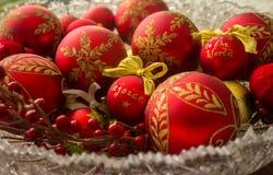 Οι διακοσμητικές σφαίρες Χριστουγέννων, χαίρονται Στοκ Εικόνες