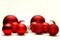 Οι διακοσμητικοί βολβοί Χριστουγέννων διασκόρπισαν και απομόνωσαν σε άσπρο Backg Στοκ Εικόνες