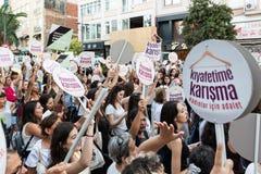 Οι διαμαρτυρόμενοι γυναικών συναθροίζουν σε kadikoy ενάντια στα παρεμβαίνοντας ενδύματα γυναικών Στοκ Φωτογραφία