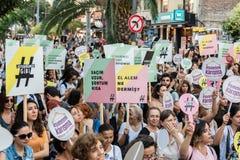 Οι διαμαρτυρόμενοι γυναικών συναθροίζουν σε kadikoy ενάντια στα παρεμβαίνοντας ενδύματα γυναικών Στοκ φωτογραφίες με δικαίωμα ελεύθερης χρήσης