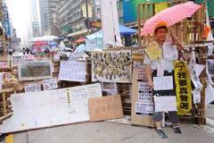 Οι διαμαρτυρόμενοι δημοκρατίας Χονγκ Κονγκ παλεύουν μακριά κύριό τους exec στοκ φωτογραφία
