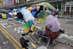 Οι διαμαρτυρόμενοι δημοκρατίας Χονγκ Κονγκ παλεύουν μακριά κύριό τους exec στοκ εικόνα