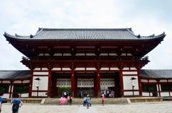 Οι ιαπωνέζοι και ταξιδιωτικός αλλοδαπός που περπατά στο εσωτερικό todai-j Στοκ Εικόνες