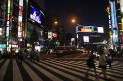 Οι ιαπωνέζοι και ταξιδιώτης αλλοδαπών για το tra διασταυρώσεων περπατήματος στοκ εικόνες με δικαίωμα ελεύθερης χρήσης