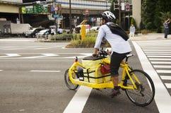 Οι ιαπωνέζοι που οδηγούν τη νέα κυκλοφορία s αναμονής ποδηλάτων καινοτομίας Στοκ Εικόνα
