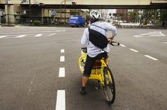 Οι ιαπωνέζοι που οδηγούν τη νέα κυκλοφορία s αναμονής ποδηλάτων καινοτομίας Στοκ Φωτογραφίες