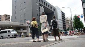 Οι ιαπωνέζοι που περιμένουν το σταυρό πέρα από το δρόμο στο δρόμο κυκλοφορίας διαβάσεων πεζών απόθεμα βίντεο