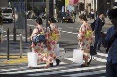 Οι ιαπωνικές γυναίκες φορούν το παραδοσιακά ιαπωνικά κιμονό και Yu ιματισμού Στοκ Φωτογραφίες