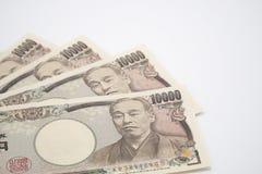 Οι ιαπωνικές σημειώσεις γεν τέντωσαν έξω στο άσπρο υπόβαθρο Εκλεκτική εστίαση Στοκ φωτογραφία με δικαίωμα ελεύθερης χρήσης