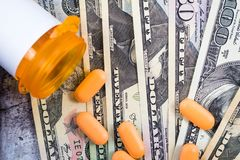 Οι ιατρικές συνταγές στις ΗΠΑ είναι ακριβές, έννοια, Rx στα αμερικανικά δολάρια, επίπεδος βάλτε στοκ εικόνες με δικαίωμα ελεύθερης χρήσης