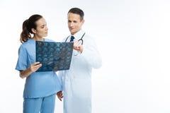 Οι ιατρικοί συνάδελφοι που συμβουλεύουν πέρα από το mri ανιχνεύουν την εικόνα στοκ φωτογραφίες με δικαίωμα ελεύθερης χρήσης