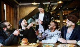 Οι διαφορετικοί άνθρωποι κρεμούν έξω τη φιλία μπαρ Στοκ φωτογραφίες με δικαίωμα ελεύθερης χρήσης