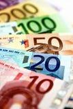 Οι διαφορετικοί ευρο- λογαριασμοί διαδίδονται έξω σε έναν πίνακα υπό μορφή α Στοκ Εικόνα