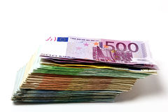 Οι διαφορετικοί ευρο- λογαριασμοί διαδίδονται έξω σε έναν πίνακα υπό μορφή α Στοκ Εικόνες