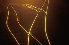 Οι διαδρομές σιδηροδρόμου λάμπουν στο ηλιοβασίλεμα στην ανατολή Saint-Louis, Μισσούρι Στοκ Φωτογραφία