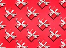 Οι ιδέες εννοιών υποβάθρων επετείου εορτασμού με το κιβώτιο δώρων παρόν στο κόκκινο σχέδιο σημείων χρωματίζουν Επίπεδος βάλτε το  στοκ φωτογραφίες με δικαίωμα ελεύθερης χρήσης