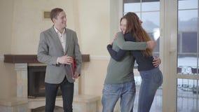 Οι ικανοποιημένοι πελάτες αγοράζουν την ιδιοκτησία Βέβαια επιτυχής χειραψία Ευτυχείς άνδρας και γυναίκα που κοιτάζουν γύρω από νο φιλμ μικρού μήκους