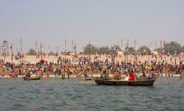 Οι ινδοί προσκυνητές λούζουν κατά τη διάρκεια του Kumbh Mela στοκ φωτογραφία