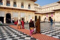 Οι ινδικές γυναίκες στα παραδοσιακά ενδύματα επέστρεψαν από την υπηρεσία στον παλαιό ινδό ναό Στοκ Εικόνες