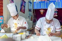 Οι ινδικοί αρχιμάγειρες κάνουν την πίτα μυγών Στοκ φωτογραφία με δικαίωμα ελεύθερης χρήσης