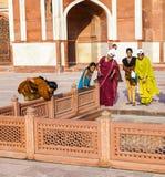 Οι ινδικοί τουρίστες θέτουν για μια φωτογραφία Στοκ φωτογραφία με δικαίωμα ελεύθερης χρήσης