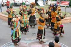 Οι ινδικοί φυλετικοί λαοί εκτελούν τον παραδοσιακό χορό Στοκ Φωτογραφίες