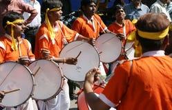 Οι ινδικοί φυλετικοί λαοί εκτελούν τον παραδοσιακό χορό Στοκ Εικόνες