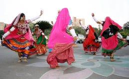 Οι ινδικοί φυλετικοί λαοί εκτελούν τον παραδοσιακό χορό Στοκ φωτογραφία με δικαίωμα ελεύθερης χρήσης