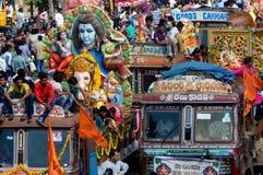 Οι ινδοί θιασώτες μεταφέρουν τα είδωλα Ganesha Στοκ Εικόνες