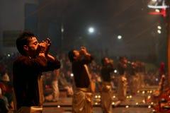 Οι ινδοί ιερείς λατρεύουν στο Varanasi, Ινδία Στοκ Εικόνα