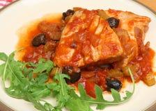 Οι ιταλικές μπριζόλες τόνου κυνήγησαν λαθραία στην ντομάτα και την άσπρη σάλτσα κρασιού. Στοκ Εικόνες