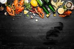 Οι λιχουδιές τροφίμων Βρασμένοι αστακοί με την μπύρα και τα καρυκεύματα Στοκ Εικόνες
