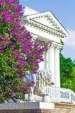 Οι ιώδεις Μπους που χτίζουν το καλοκαίρι πάρκων λιονταριών αγαλμάτων σκαλοπατιών μερών παλατιών στηλών αφήνουν στα δέντρα λουλουδ Στοκ φωτογραφίες με δικαίωμα ελεύθερης χρήσης