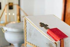 Οι ιδιότητες Ορθόδοξων Εκκλησιών, πηγή, εικονίδιο, σταυρός, δωμάτιο προσευχής μέσα στην εκκλησία Στοκ εικόνα με δικαίωμα ελεύθερης χρήσης