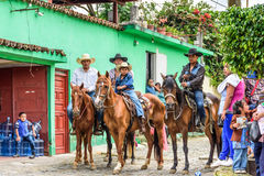 Οι κάουμποϋ κάθονται στα άλογα στο χωριό, Γουατεμάλα Στοκ Φωτογραφίες