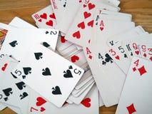 οι κάρτες ξεπλένουν το πόκερ παιχνιδιού βασιλικό στοκ φωτογραφίες