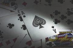 οι κάρτες ξεπλένουν το πόκερ παιχνιδιού βασιλικό Στοκ Φωτογραφία