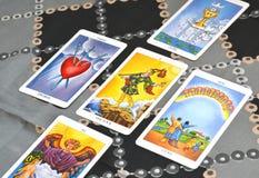 Οι κάρτες πέντε κάρτα Tarot Tarot διαδίδουν τον ανόητο στοκ εικόνες