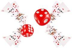 Οι κάρτες παιχνιδιού και χωρίζουν σε τετράγωνα το πέταγμα στον πίνακα πόκερ Στοκ Εικόνες