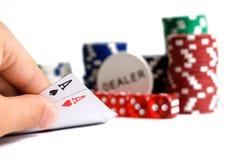 Οι κάρτες πόκερ με τα τσιπ που απομονώνονται στο λευκό Στοκ εικόνα με δικαίωμα ελεύθερης χρήσης