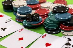 Οι κάρτες πόκερ, τσιπ και χωρίζουν σε τετράγωνα Στοκ Εικόνα