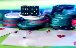 Οι κάρτες πόκερ, τσιπ και χωρίζουν σε τετράγωνα Στοκ Εικόνες