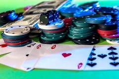 οι κάρτες πόκερ, τσιπ, χωρίζουν σε τετράγωνα και δολάρια Στοκ φωτογραφία με δικαίωμα ελεύθερης χρήσης