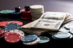 οι κάρτες πόκερ, τσιπ, χωρίζουν σε τετράγωνα και δολάρια Στοκ Εικόνες