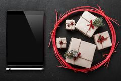 οι κάρτες Χριστουγέννων, η τεχνολογία και τα δώρα για τους εραστές τεχνολογίας, iPad τοποθετούν για το μήνυμα για τους αγαπημένου Στοκ φωτογραφίες με δικαίωμα ελεύθερης χρήσης