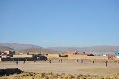 Οι κάτοικοι ενός βολιβιανού ορεινού χωριού παίζουν το ποδόσφαιρο Στοκ Φωτογραφία