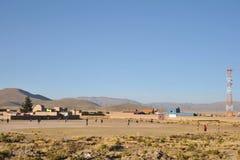 Οι κάτοικοι ενός βολιβιανού ορεινού χωριού παίζουν το ποδόσφαιρο Στοκ Εικόνες