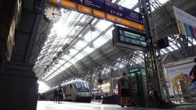 Οι κάτοχοι διαρκούς εισιτήριου εκπαιδεύουν στον κύριο σιδηροδρομικό σταθμό Hauptbahnhof της Φρανκφούρτης πλατφορμών απόθεμα βίντεο